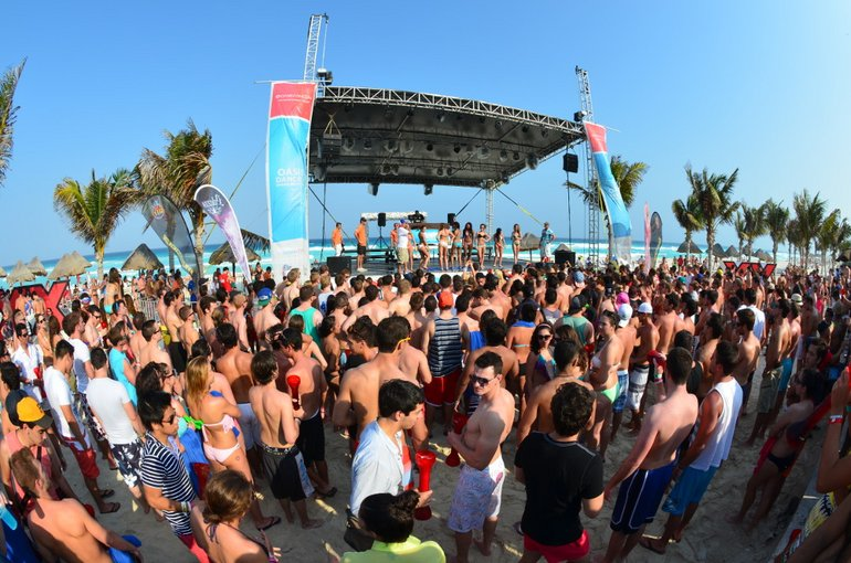 Zur Party am Strand von Cancun fliegen