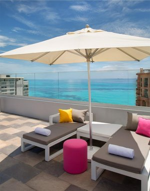 Aloft Hotel: Terasse mit Pool